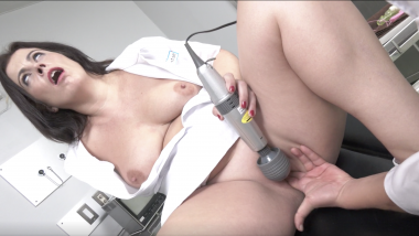 Montse Swinger:Nurse-Vibrator Orgasm
